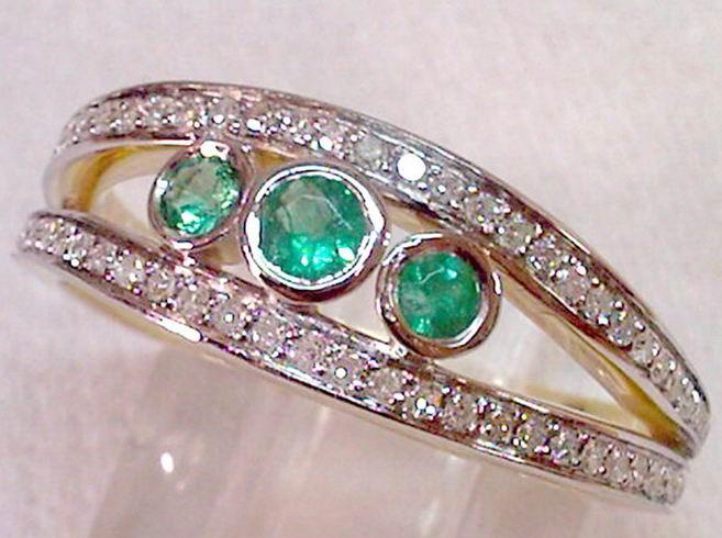 Купить Кольцо с бриллиантами и изумрудом