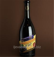 Вино `Ежевика` из дикорастущей ежевики имеет цвет