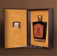 Коньяк `Немрут` 25 лет выдержки ,цвет - темно-янтарный с шоколадным оттенком, с сияющим блеском и прозрачностью.